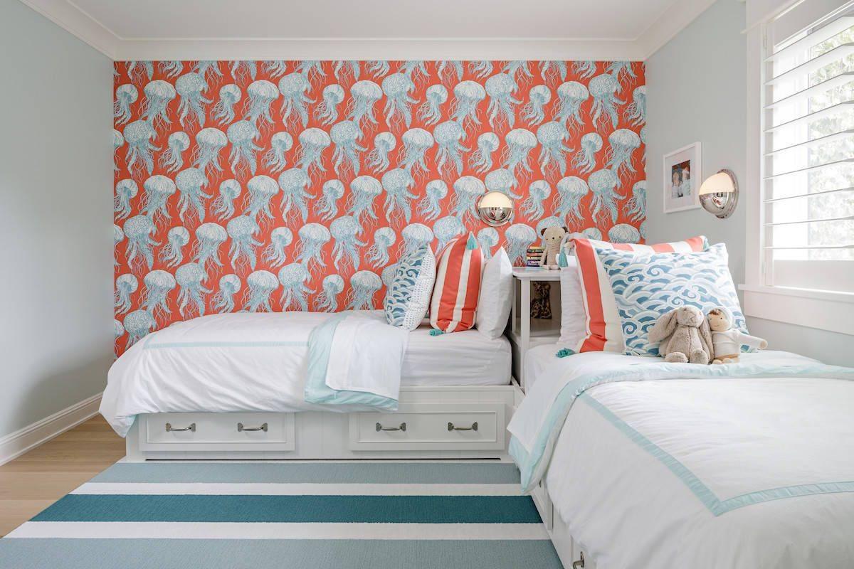 Bạn có thể mang màu cam san hô vào phòng ngủ trẻ em qua giấy dán tường và gối nhấn.