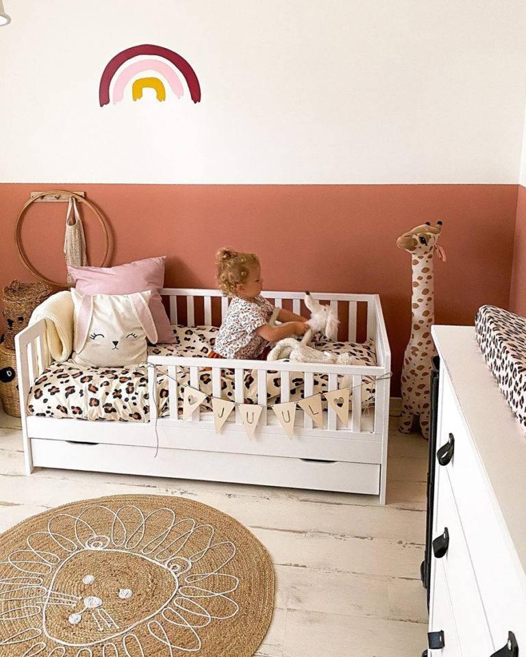 Tông màu cam đất kết hợp ăn ý với sắc trắng tinh khôi trong phòng trẻ nhỏ.