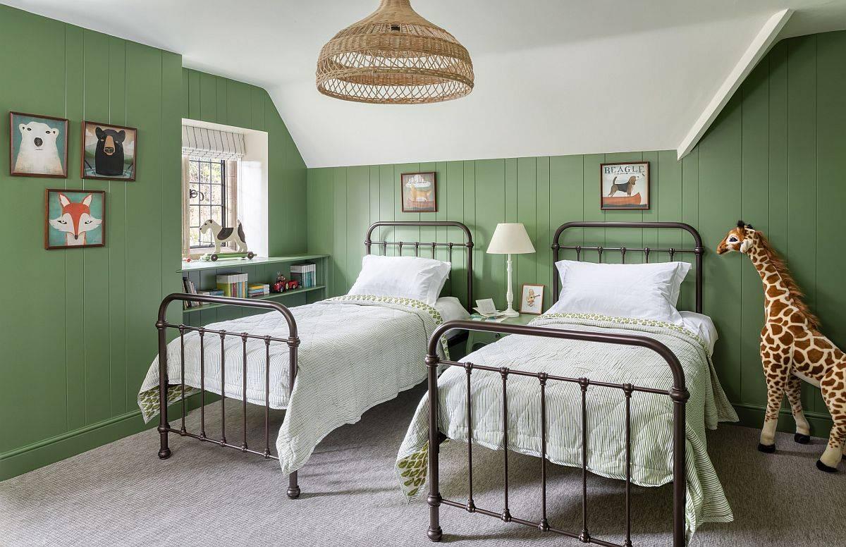 phòng ngủ màu xanh lá với 2 giường sắt màu đen