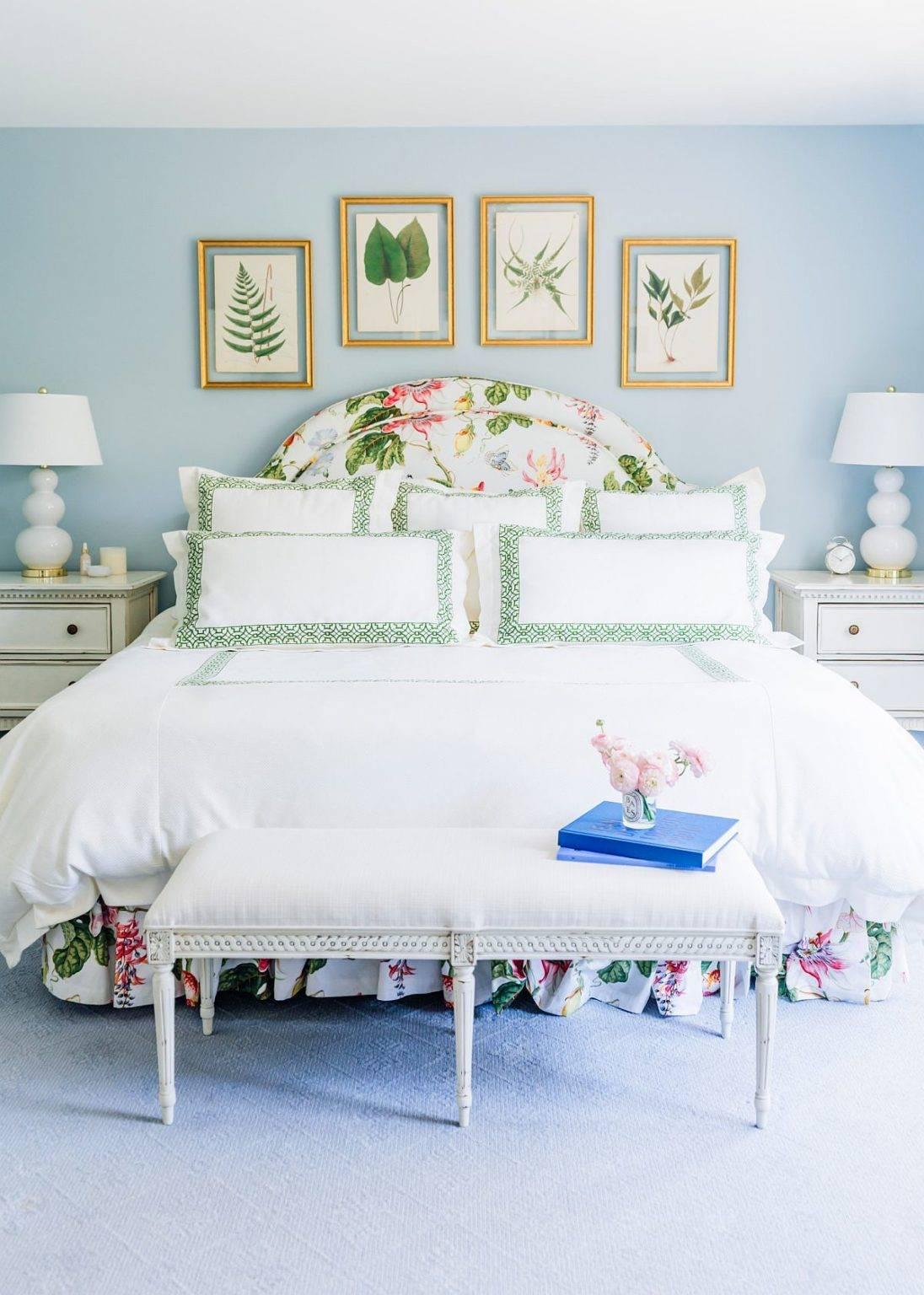 Phòng ngủ truyền thống trang nhã với màu xanh lam nhạt và trắng kết hợp hài hòa, làm phông nền cho họa tiết lá cây nổi bật, sinh động hơn.