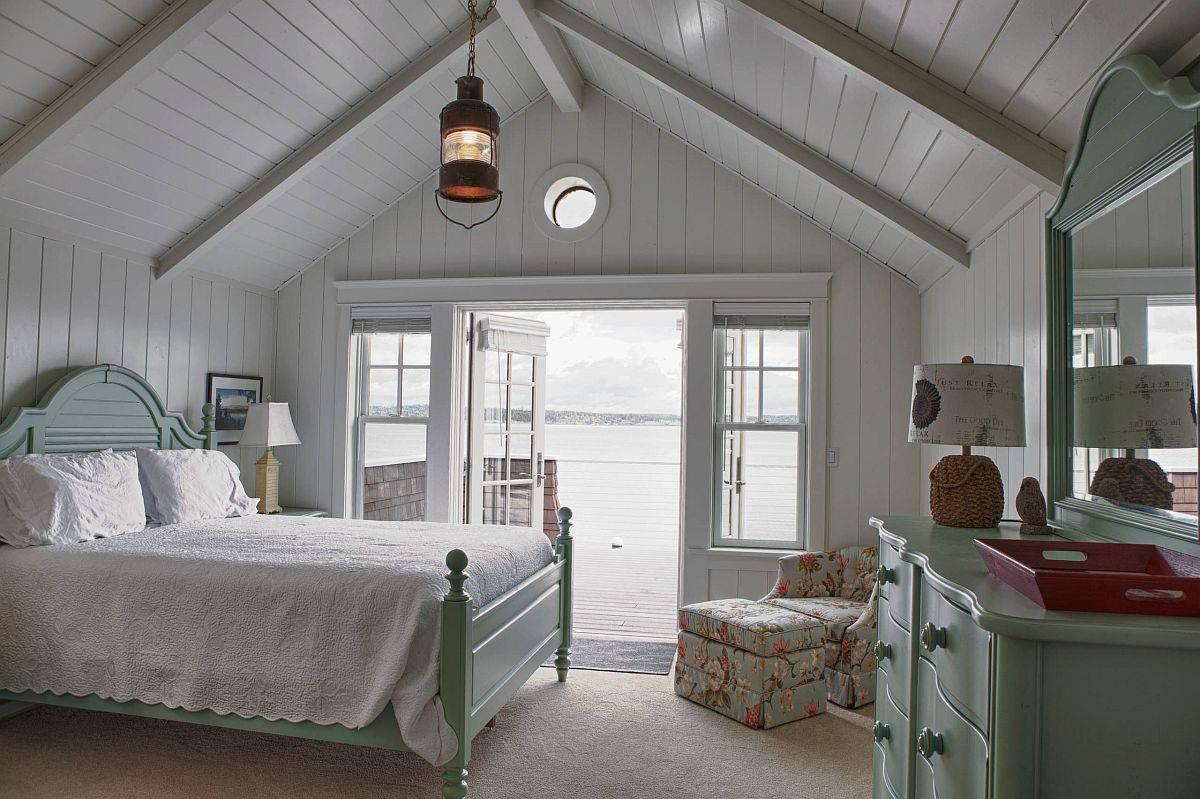 Phòng ngủ phong cách đồng quê màu xám với giường, tủ ngăn kéo màu xanh lá cây tạo điểm nhấn tinh tế, sinh động.