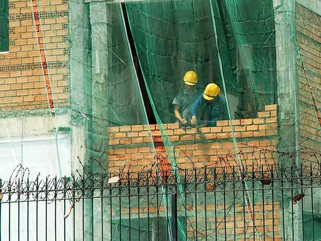 hình ảnh công nhân đang xây dựng công trình
