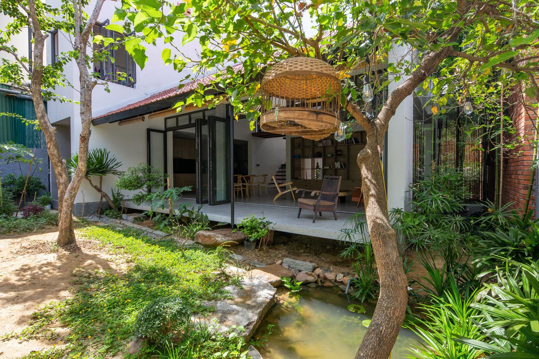 Khuôn viên nhà phố Hà Tĩnh với hồ cá, cây xanh, hiên nhà thoáng đãng