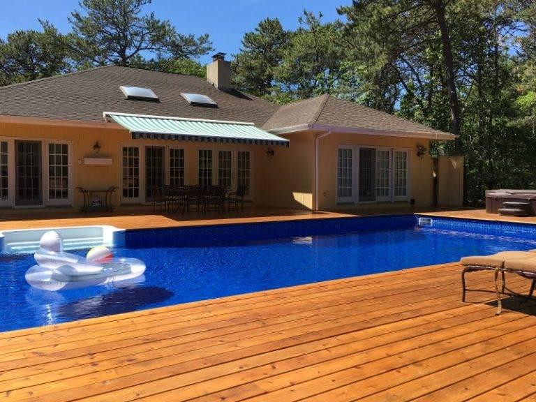 Bao quanh bể bơi xanh mát là sàn gỗ cứng tông màu ấm áp, thân thiện tạo cảm giác thư giãn cho người dùng cả về mặt thị giác lẫn xúc giác.