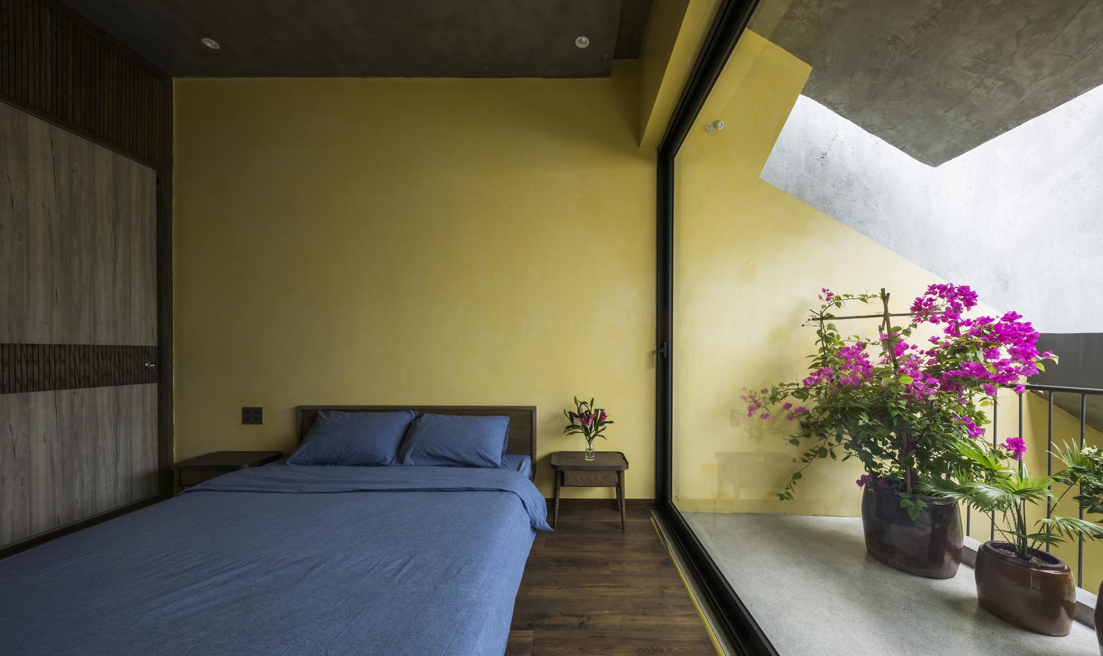Một phòng ngủ khác với thiết kế nội thất tương tự, kết nối trực tiếp với ban công riêng.