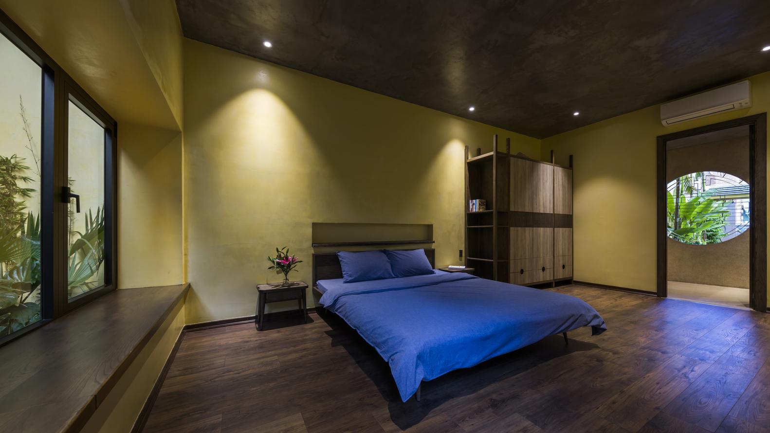 Phòng ngủ master rộng rãi, thiết kế nội thất tối giản tạo cảm giác thư thái cho người dùng.