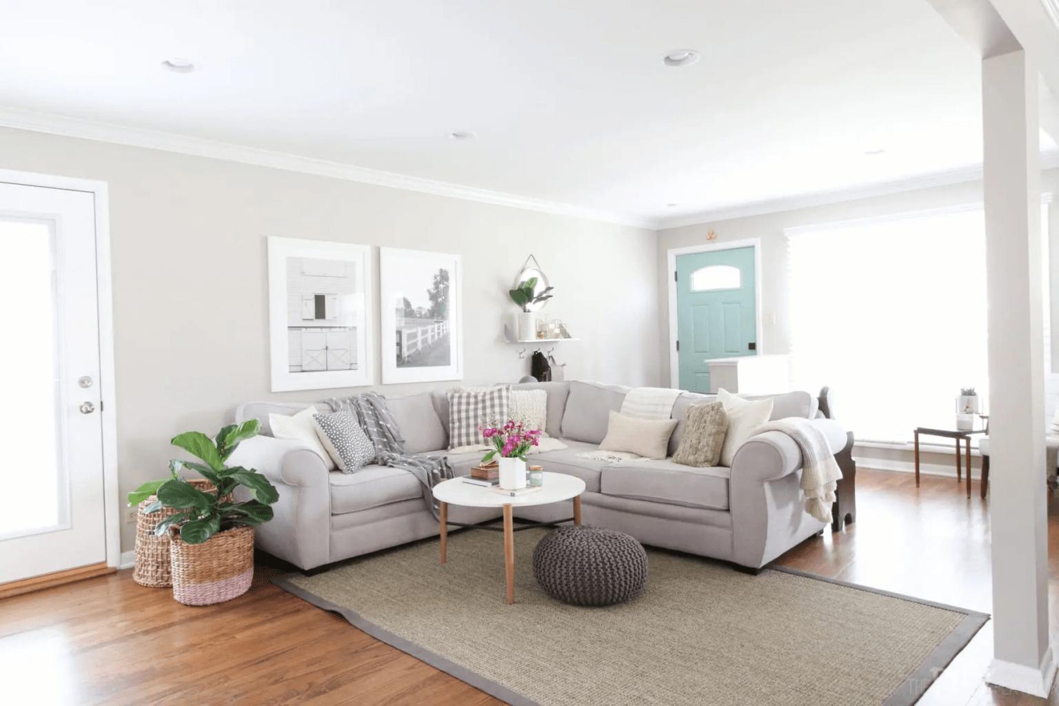 Thảm trải phòng khách sai kích thước khiến căn phòng trông nhếch nhác, đơn điệu.