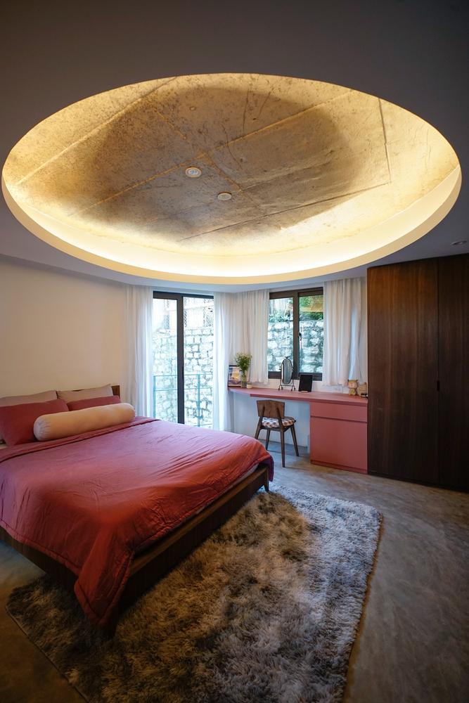 Các phòng ngủ được bố trí ở phía sau, trong khi các không gian sinh hoạt chung được thiết kế ở phía mặt trước ngôi nhà.