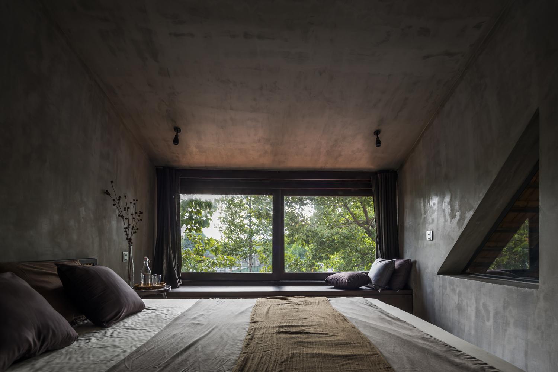 Phòng ngủ sở hữu tầm nhìn lý tưởng, hướng ra thiên nhiên xanh mát bên ngoài.