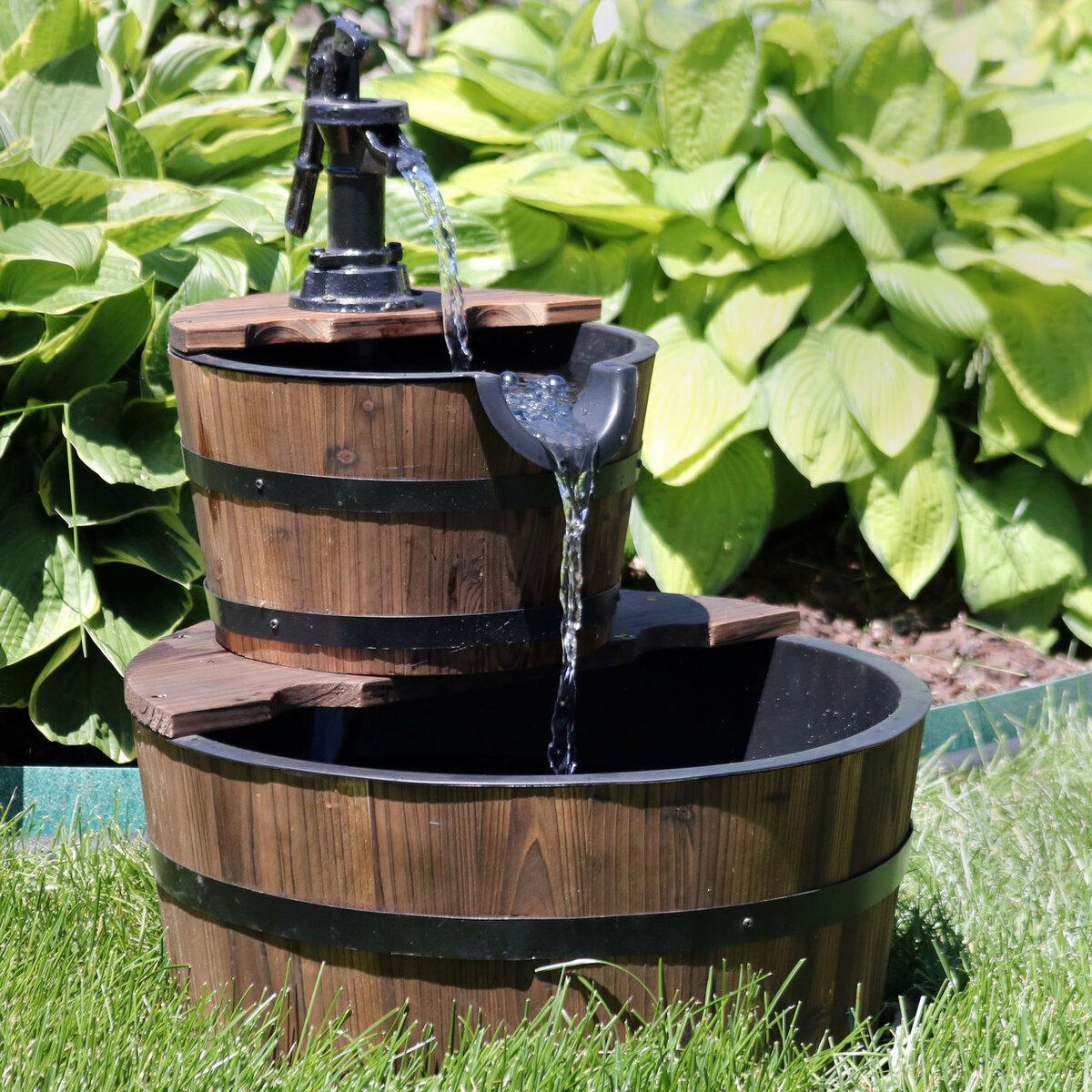 mẫu đài phun nước trong thùng gỗ đặt ở sân vườn