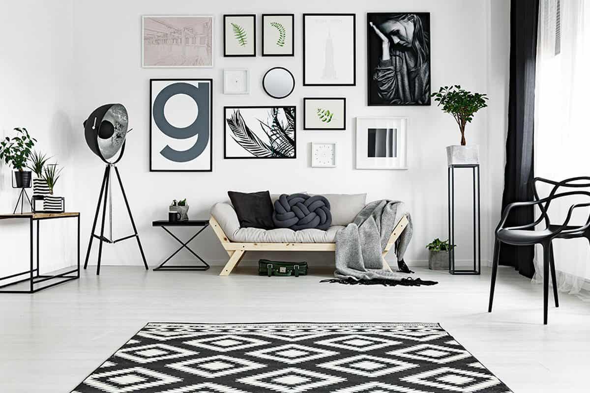 phòng khách với tông màu đen - trắng hiện đại, tranh treo tường.