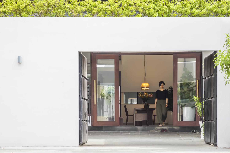 Hệ cửa kính lớn mang đến tầm nhìn thoáng đãng, xóa mờ ranh giới giữa không gian bên trong và bên ngoài nhà.