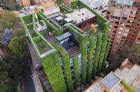 Tòa nhà phủ kín cây xanh, cung cấp không khí sạch cho hơn 3.000 người