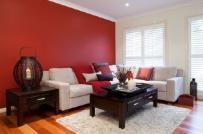 Tân trang phòng khách ấn tượng với sơn màu đậm