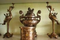 Nên sử dụng chất liệu bát hương bằng đồng hay gốm sứ?