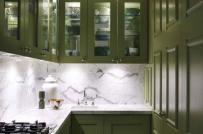 Không gian nấu nướng trở nên sống động nhờ những màu tủ bếp đẹp dưới đấy