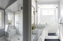 Phòng tắm nhỏ thoáng đẹp hơn nhờ thiết kế cửa sổ hợp lý
