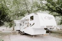 Mê mẩn nhà di động màu trắng được cải tạo từ xe thùng