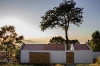Ngôi nhà độc đáo được xây quanh cây thông