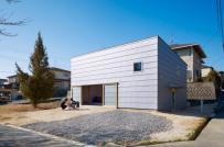 Ấn tượng với ngôi nhà một tầng một lửng ở Nhật làm sàn đất
