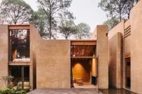 Khu nhà nghỉ dưỡng bằng đất tọa lạc giữa rừng thông xanh mát