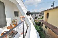 """Cách lấy sáng và thông gió """"cực dị"""" trong ngôi nhà mái dốc ở Nhật"""