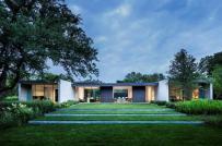 Mê mẩn ngôi nhà có cỏ xanh mọc khắp lối đi