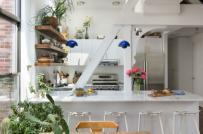 Chị em nội trợ mê mẩn với phòng bếp nhỏ xinh tông trắng chủ đạo