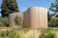 Ngôi nhà độc đáo ẩn mình sau hàng rào gỗ trông như lô cốt