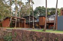 Ngôi nhà độc đáo nằm xen kẽ giữa những cây dừa