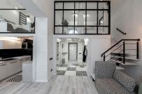 Hai sắc trắng và đen kết hợp ăn ý trong căn hộ gác lửng của cặp đôi người Ukraine