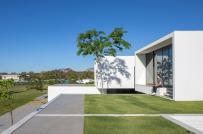 Ngắm dinh thự trắng ở Brazil với thiết kế khối hộp xếp chồng