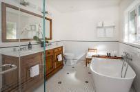 """15 hình ảnh chứng minh chất liệu gỗ và màu trắng là """"cặp đôi hoàn hảo"""" cho phòng tắm"""