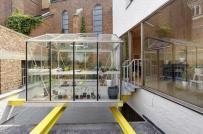 Ngôi nhà phố sở hữu khu vườn bọc kính lơ lửng trên không