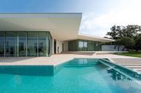Nhà mái bằng sở hữu bể bơi ngoài trời ấn tượng