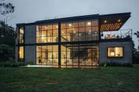 """Ngôi nhà 2 tầng """"xuyên thấu"""" tọa lạc trên ngọn đồi xanh ngát"""