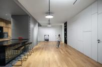 Cặp vợ chồng trẻ gộp hai căn hộ thành không gian rộng rãi cho các con vui chơi