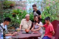Chàng trai biến ban công thành vườn hồng đủ màu để tặng cha mẹ