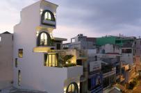 Xây thụt lùi 3 tầng trên, nhà ống Sài Gòn ngập tràn ánh sáng