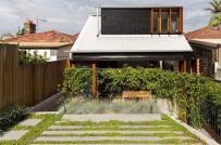 Nhà 2 tầng có sân trước rộng rãi và giếng trời xanh mát