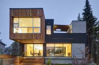 Ấn tượng ngôi nhà ven sông với sân trong 2 tầng