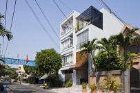 Nhà phố Sài Gòn ấn tượng với cửa chớp gỗ như màn gấp