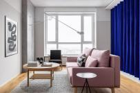 Căn hộ 65m2 sử dụng rèm cửa màu xanh coban để tách phòng