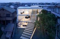 Độc đáo ngôi nhà ở Nhật với cầu thang đâm thẳng ra đường