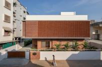 Nhà đẹp đậm chất Ấn Độ với tường gạch bông gió bao phủ mặt tiền