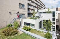 Nhà ống với vườn bậc thang trên mái có thể làm phòng khách, phòng chơi ngoài trời